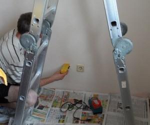 Перед подготовкой отверстий для межблочных трасс проверяем стены на отсутствие в них скрытой электропроводки, чтобы не повредить её