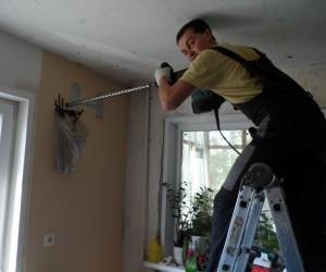 Производится выбуривание отверстия в стене под межблочные коммуникации: